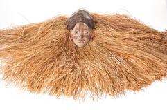 Ручной работы деревянная африканская маска при веревочки имитируя волосы людск Стоковая Фотография