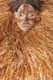 Ручной работы деревянная африканская маска при веревочки имитируя волосы людск Стоковые Фотографии RF