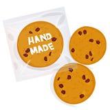 Ручной работы свеже испеченное печенье обломока шоколада, 4 печеньям в пакете прозрачной пластмассы изолированном на белой предпо бесплатная иллюстрация