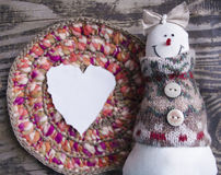 Ручной работы снеговик войлока рождество украшает идеи украшения свежие домашние к игрушки сфер рождества предпосылки изолированн Стоковые Фотографии RF