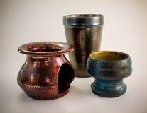 Ручной работы старая керамическая масляная горелка и чашки Стоковое Изображение