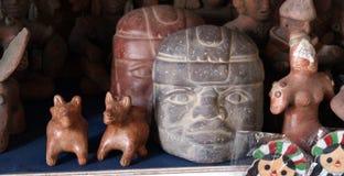 Ручной работы старые figurines olmec стоковая фотография rf