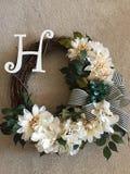 Ручной работы флористический венок с инициалом стоковая фотография rf