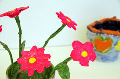 Ручной работы цветки и гончарня с сердцем Стоковые Фото