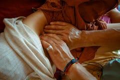 Ручной терапевт обрабатывает пациента стоковые изображения