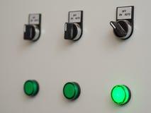Ручные автоматические переключатели на пульте управления с светлым индикатором Стоковое фото RF