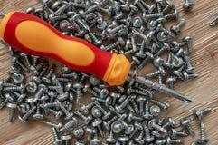 Ручные винты и шпонки отвертки на деревянной предпосылке стоковое изображение rf