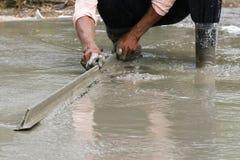 Ручные отделки каменщика заново политый конкретный пол Стоковая Фотография RF