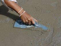 Ручные отделки каменщика заново политый конкретный пол Стоковые Фото