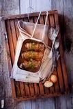 Рулады в лотке на деревянном подносе Стоковое Изображение