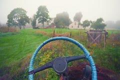 Рулевое колесо автомобиля на предпосылке дома в деревне i Стоковые Изображения RF