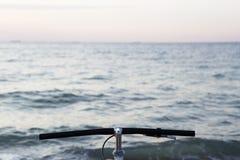 Рулевое колесо велосипеда на предпосылке моря Стоковое Фото