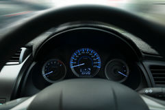 Рулевое колесо и приборная панель, прикрепляют предупреждение знака ремня безопасности на данных по приборной панели автомобиля Стоковые Фотографии RF
