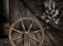 Рулевое колесо корабля пиратов с старым Веселым Роджером Стоковые Изображения RF