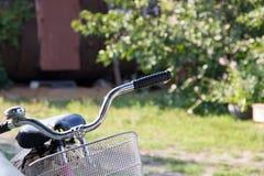 Рулевое колесо старого велосипеда в солнечном свете Стоковые Изображения