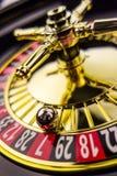 Рулетка играя в азартные игры в казино стоковое фото