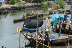 Рыбацкая лодка вне удит стоковые фотографии rf