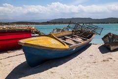 Рыбацкая лодка в Вест-Инди с ловушками краба стоковые фотографии rf