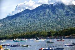 Рыбацкая лодка в гавани Сулавеси Индонезии bitung стоковые фото