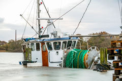 Рыбацкая лодка в гавани стоковая фотография rf