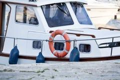 Рыбацкая лодка в лете снаружи в море на гавани стоковые изображения