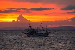 Рыбацкая лодка в море стоковая фотография