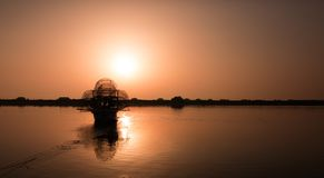 Рыбацкая лодка в рассвете стоковое изображение rf