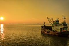 Рыбацкая лодка в twilight времени, Таиланд Стоковые Изображения