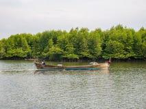 Рыбацкая лодка готовая к удить в консервации леса мангровы в Индонезии стоковая фотография rf
