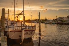 Рыбацкая лодка губки на заходе солнца в Tarpon Springs стоковая фотография rf