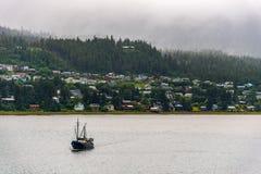 Рыбацкая лодка ехать на автомобиле в Аляске стоковая фотография rf