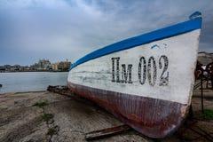 Рыбацкая лодка на береге стоковое фото rf