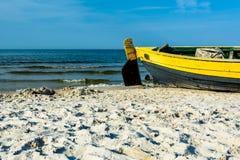 Рыбацкая лодка на береге моря стоковое изображение rf