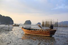 Рыбацкая лодка на заходе солнца Стоковая Фотография RF