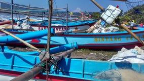 Рыбацкая лодка на крае пляжа Стоковое Изображение