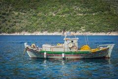 Рыбацкая лодка на море в Греции стоковая фотография