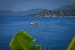 Рыбацкая лодка на море в Греции стоковое фото rf