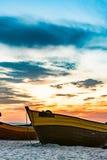 Рыбацкая лодка 2 на пляже стоковые изображения