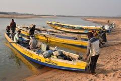 Рыбацкая лодка на пляже Bhimli в Vishakhpatnam стоковая фотография rf