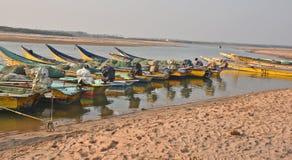 Рыбацкая лодка на пляже Bhimli в Vishakhpatnam стоковое изображение rf