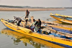 Рыбацкая лодка на пляже Bhimli в Vishakhpatnam стоковое фото rf