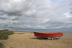 Рыбацкая лодка на пляже Dunwich, суффольке, Англии стоковые фото
