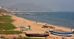 Рыбацкая лодка на пляже Yarada в Vishakhpatnam стоковые фотографии rf