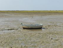 Рыбацкая лодка на сухом пляже стоковые изображения rf