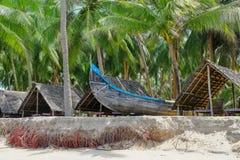Рыбацкая лодка на тропическом пляже в Керале r стоковое изображение rf