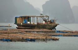 Рыбацкая лодка на ферме рыб в заливе Halong, Вьетнаме стоковая фотография rf