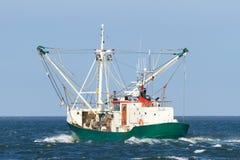 Рыбацкая лодка плавая вне на океане задвижка некоторые рыбы на Северном море стоковые изображения