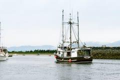 Рыбацкая лодка покидая гавань стоковые изображения rf