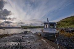 Рыбацкая лодка приставанная к берегу стапелем в Skye стоковое фото rf
