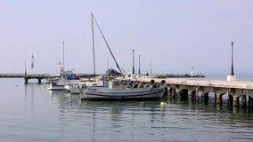 Рыбацкая лодка причаливает гавани, Греции Thessaloniki